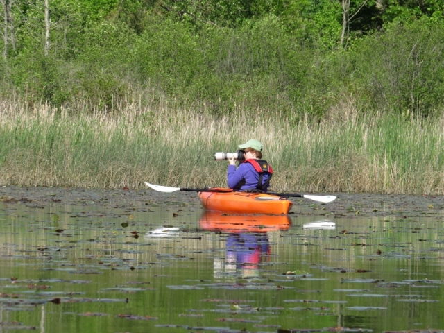 Kim taking photos in kayak by Eric (800x600)